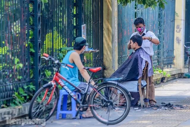 Người dân Hà Nội xếp hàng, chờ nhiều giờ để cắt tóc - Ảnh 2.