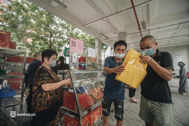 Trên tay hộp bánh Trung thu hot nhất Hà Nội, phải cầu cứu mới mua được: Hương vị có thật sự xuất sắc như lời đồn? - Ảnh 1.