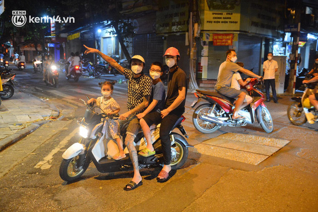 Ngay từ chập tối, người dân Hà Nội đã đổ ra đường đón Tết Trung thu đặc biệt giữa dịch Covid-19 - Ảnh 2.