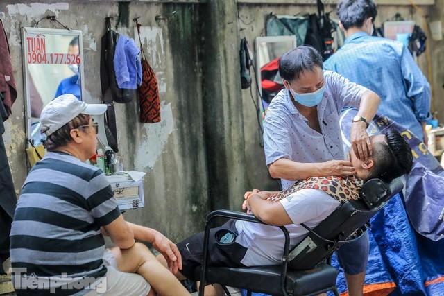Người dân Hà Nội xếp hàng, chờ nhiều giờ để cắt tóc - Ảnh 11.