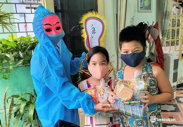 Ảnh: Tết Trung thu đặc biệt, ông địa cùng chú lân mặc đồ bảo hộ kín mít đến từng nhà tặng quà cho trẻ nhỏ - Ảnh 11.