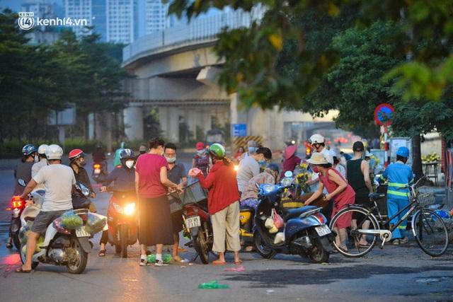 Ảnh: Hà Nội vừa nới lỏng giãn cách xã hội, người dân ra đường từ tờ mờ sáng, chợ dân sinh tấp nập người mua kẻ bán - Ảnh 12.