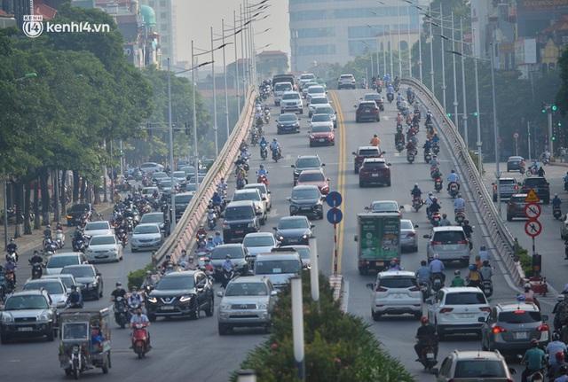 Ảnh: Hà Nội sáng đầu tiên nới lỏng giãn cách xã hội, người dân lại được trải nghiệm đặc sản tắc đường - Ảnh 12.