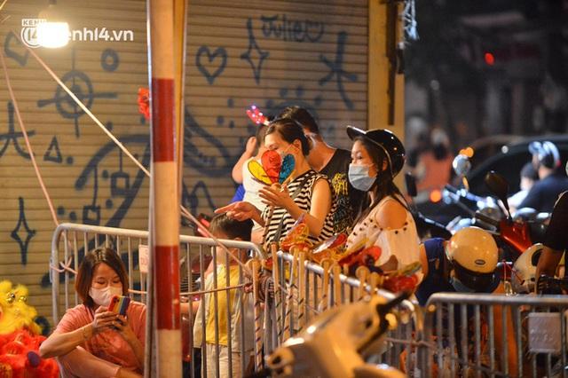 Ngay từ chập tối, người dân Hà Nội đã đổ ra đường đón Tết Trung thu đặc biệt giữa dịch Covid-19 - Ảnh 12.