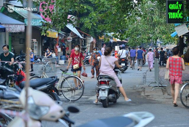 Ảnh: Hà Nội vừa nới lỏng giãn cách xã hội, người dân ra đường từ tờ mờ sáng, chợ dân sinh tấp nập người mua kẻ bán - Ảnh 13.