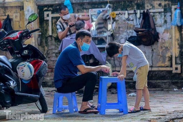 Người dân Hà Nội xếp hàng, chờ nhiều giờ để cắt tóc - Ảnh 13.