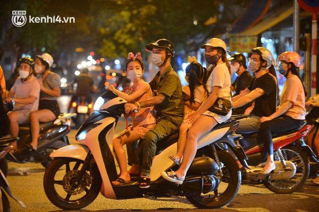Ngay từ chập tối, người dân Hà Nội đã đổ ra đường đón Tết Trung thu đặc biệt giữa dịch Covid-19 - Ảnh 13.