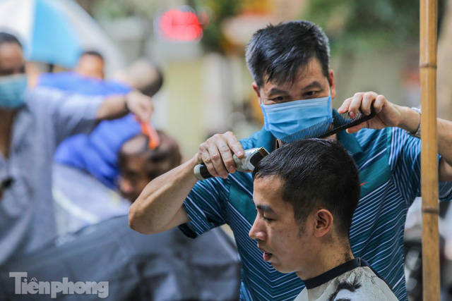 Người dân Hà Nội xếp hàng, chờ nhiều giờ để cắt tóc - Ảnh 14.