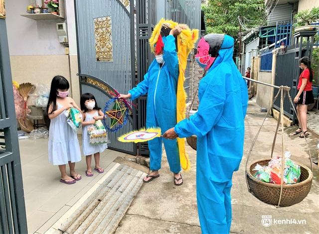 Ảnh: Tết Trung thu đặc biệt, ông địa cùng chú lân mặc đồ bảo hộ kín mít đến từng nhà tặng quà cho trẻ nhỏ - Ảnh 14.
