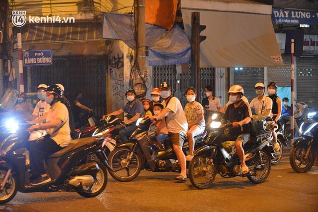 Ngay từ chập tối, người dân Hà Nội đã đổ ra đường đón Tết Trung thu đặc biệt giữa dịch Covid-19 - Ảnh 14.