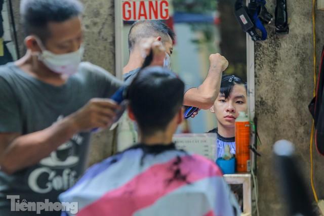 Người dân Hà Nội xếp hàng, chờ nhiều giờ để cắt tóc - Ảnh 15.