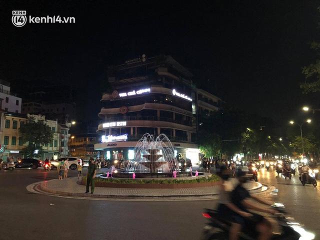 Ngay từ chập tối, người dân Hà Nội đã đổ ra đường đón Tết Trung thu đặc biệt giữa dịch Covid-19 - Ảnh 15.