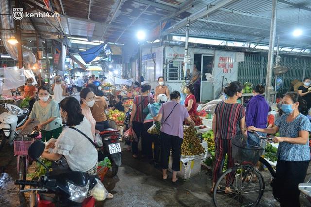 Ảnh: Hà Nội vừa nới lỏng giãn cách xã hội, người dân ra đường từ tờ mờ sáng, chợ dân sinh tấp nập người mua kẻ bán - Ảnh 16.