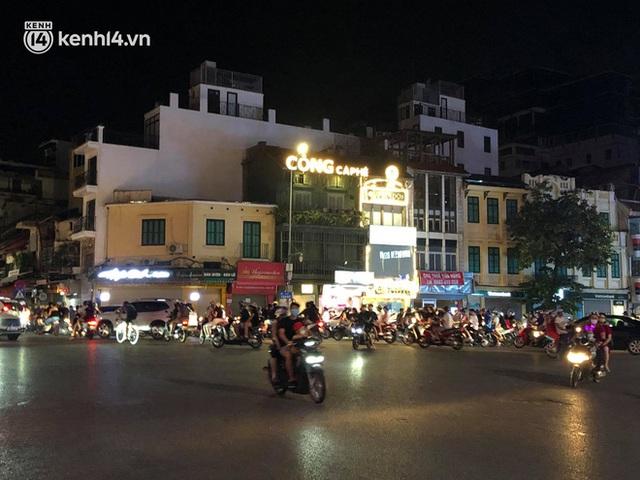 Ngay từ chập tối, người dân Hà Nội đã đổ ra đường đón Tết Trung thu đặc biệt giữa dịch Covid-19 - Ảnh 16.