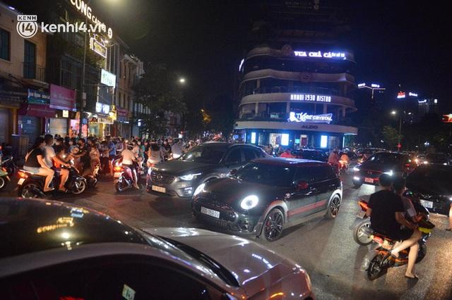 Ngay từ chập tối, người dân Hà Nội đã đổ ra đường đón Tết Trung thu đặc biệt giữa dịch Covid-19 - Ảnh 17.