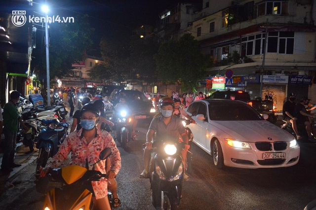Ngay từ chập tối, người dân Hà Nội đã đổ ra đường đón Tết Trung thu đặc biệt giữa dịch Covid-19 - Ảnh 19.