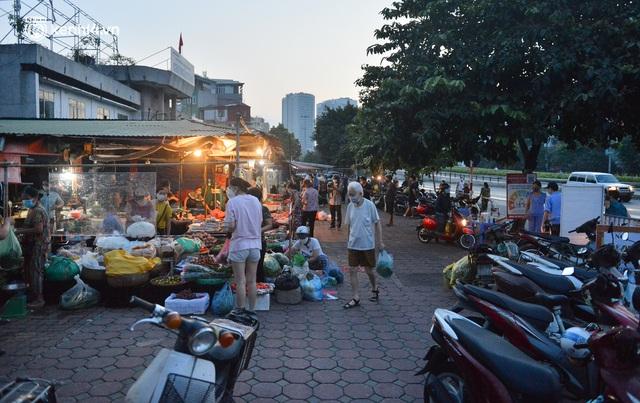 Ảnh: Hà Nội vừa nới lỏng giãn cách xã hội, người dân ra đường từ tờ mờ sáng, chợ dân sinh tấp nập người mua kẻ bán - Ảnh 3.