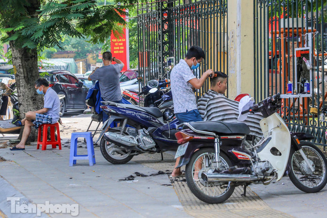 Người dân Hà Nội xếp hàng, chờ nhiều giờ để cắt tóc - Ảnh 3.