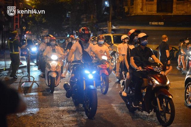 Ngay từ chập tối, người dân Hà Nội đã đổ ra đường đón Tết Trung thu đặc biệt giữa dịch Covid-19 - Ảnh 3.