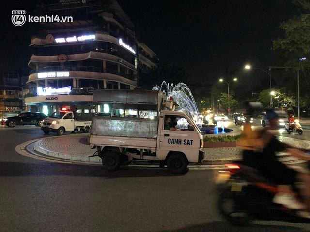 Ngay từ chập tối, người dân Hà Nội đã đổ ra đường đón Tết Trung thu đặc biệt giữa dịch Covid-19 - Ảnh 21.