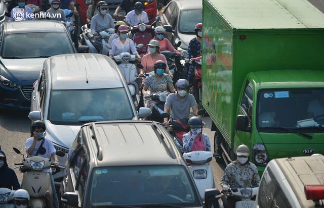Ảnh: Hà Nội sáng đầu tiên nới lỏng giãn cách xã hội, người dân lại được trải nghiệm đặc sản tắc đường - Ảnh 4.