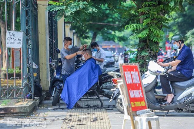 Người dân Hà Nội xếp hàng, chờ nhiều giờ để cắt tóc - Ảnh 4.