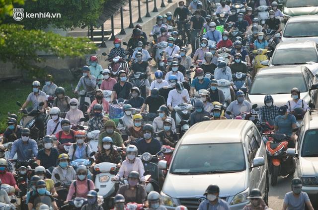 Ảnh: Hà Nội sáng đầu tiên nới lỏng giãn cách xã hội, người dân lại được trải nghiệm đặc sản tắc đường - Ảnh 5.