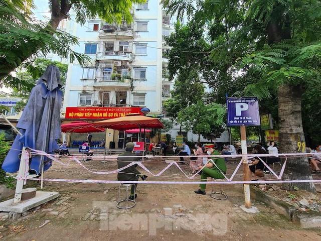 Hình ảnh dân Hà Nội đổ xô làm thủ tục nhà đất ngày đầu nới giãn cách - Ảnh 5.