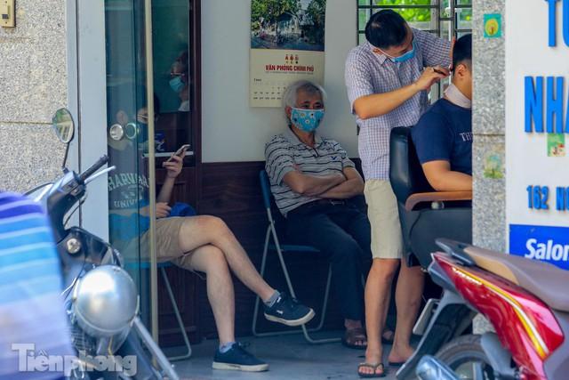 Người dân Hà Nội xếp hàng, chờ nhiều giờ để cắt tóc - Ảnh 5.