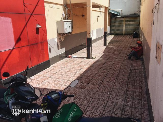 Ảnh: Hàng chục shipper ở TP.HCM đợi cả tiếng trước cửa KFC vẫn chưa lấy được hàng giao cho khách - Ảnh 6.