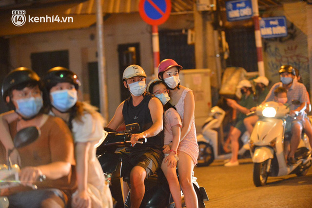 Ngay từ chập tối, người dân Hà Nội đã đổ ra đường đón Tết Trung thu đặc biệt giữa dịch Covid-19 - Ảnh 6.