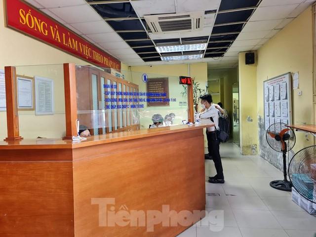 Hình ảnh dân Hà Nội đổ xô làm thủ tục nhà đất ngày đầu nới giãn cách - Ảnh 7.