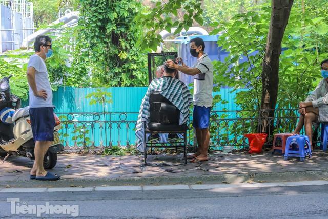 Người dân Hà Nội xếp hàng, chờ nhiều giờ để cắt tóc - Ảnh 7.