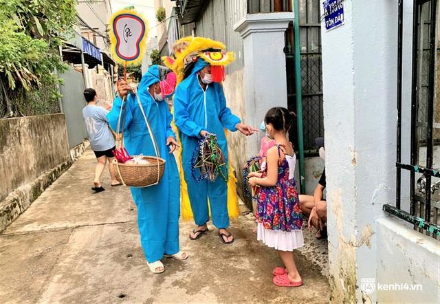 Ảnh: Tết Trung thu đặc biệt, ông địa cùng chú lân mặc đồ bảo hộ kín mít đến từng nhà tặng quà cho trẻ nhỏ - Ảnh 7.