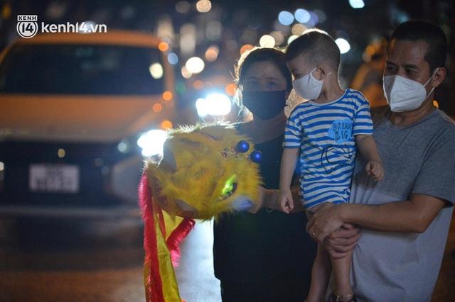 Ngay từ chập tối, người dân Hà Nội đã đổ ra đường đón Tết Trung thu đặc biệt giữa dịch Covid-19 - Ảnh 7.