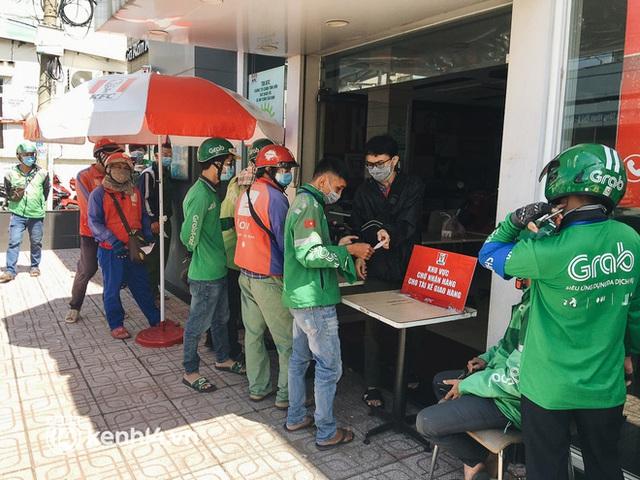 Ảnh: Hàng chục shipper ở TP.HCM đợi cả tiếng trước cửa KFC vẫn chưa lấy được hàng giao cho khách - Ảnh 8.