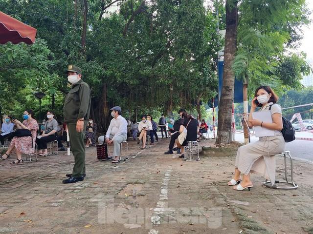 Hình ảnh dân Hà Nội đổ xô làm thủ tục nhà đất ngày đầu nới giãn cách - Ảnh 8.
