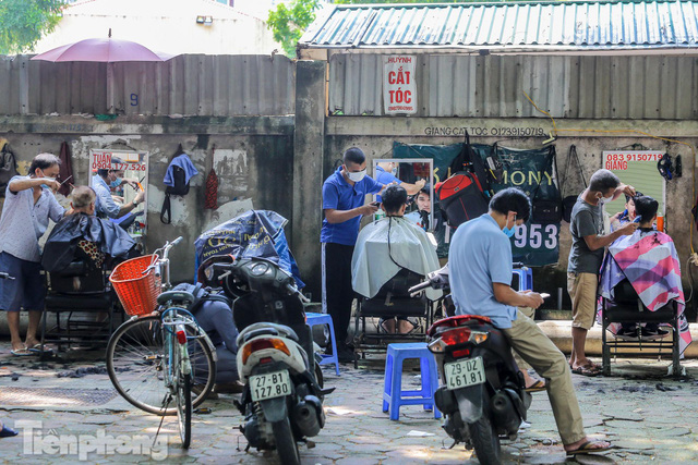 Người dân Hà Nội xếp hàng, chờ nhiều giờ để cắt tóc - Ảnh 8.