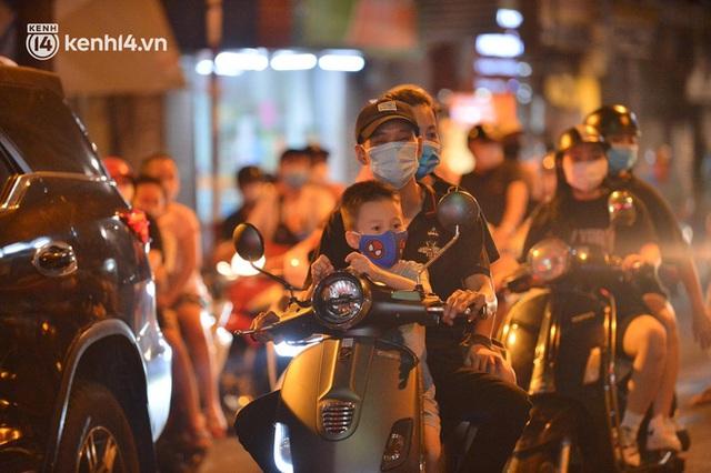 Ngay từ chập tối, người dân Hà Nội đã đổ ra đường đón Tết Trung thu đặc biệt giữa dịch Covid-19 - Ảnh 8.