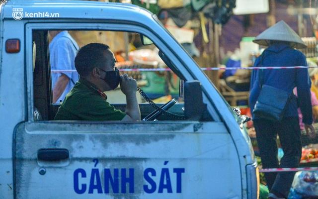 Ảnh: Hà Nội vừa nới lỏng giãn cách xã hội, người dân ra đường từ tờ mờ sáng, chợ dân sinh tấp nập người mua kẻ bán - Ảnh 9.