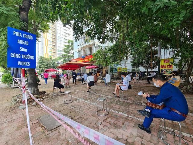 Hình ảnh dân Hà Nội đổ xô làm thủ tục nhà đất ngày đầu nới giãn cách - Ảnh 9.