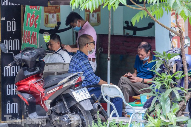 Người dân Hà Nội xếp hàng, chờ nhiều giờ để cắt tóc - Ảnh 9.