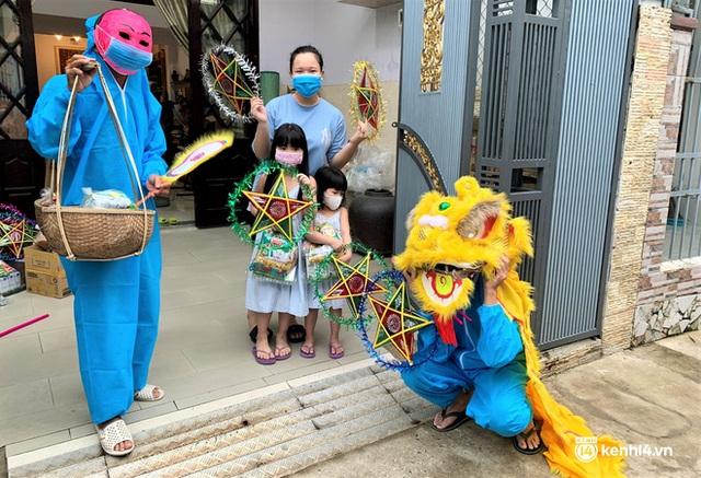 Ảnh: Tết Trung thu đặc biệt, ông địa cùng chú lân mặc đồ bảo hộ kín mít đến từng nhà tặng quà cho trẻ nhỏ - Ảnh 9.