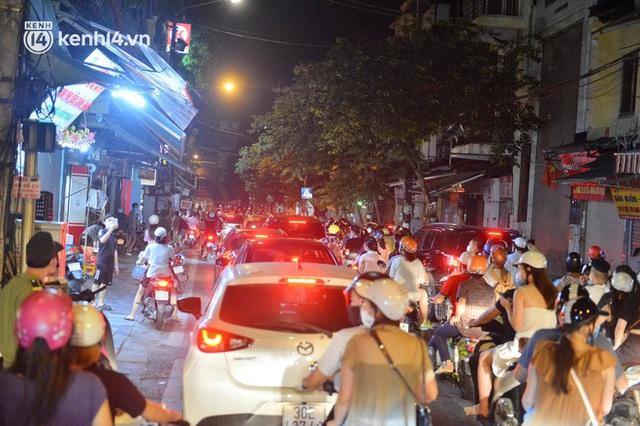 Ngay từ chập tối, người dân Hà Nội đã đổ ra đường đón Tết Trung thu đặc biệt giữa dịch Covid-19 - Ảnh 9.