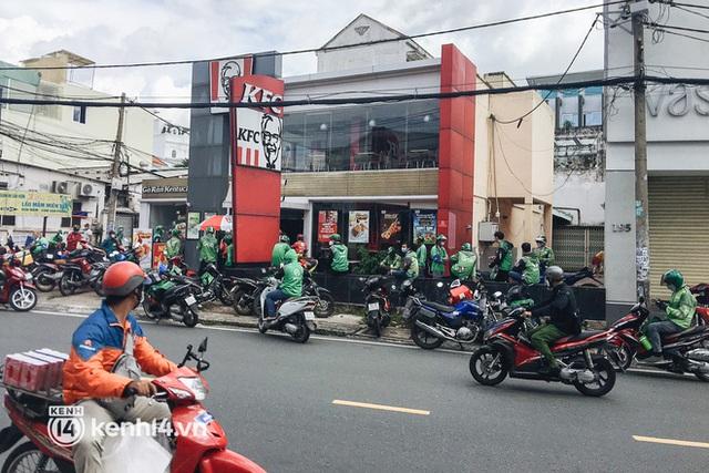 Ảnh: Hàng chục shipper ở TP.HCM đợi cả tiếng trước cửa KFC vẫn chưa lấy được hàng giao cho khách - Ảnh 10.