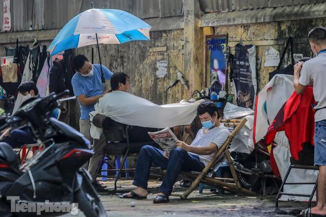 Người dân Hà Nội xếp hàng, chờ nhiều giờ để cắt tóc - Ảnh 10.