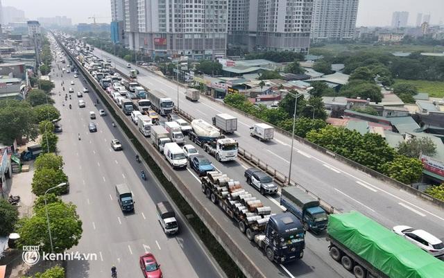 Hà Nội: Đường vành đai 3 trên cao ùn tắc hàng km từ Linh Đàm tới nút giao Phạm Hùng - Ảnh 10.