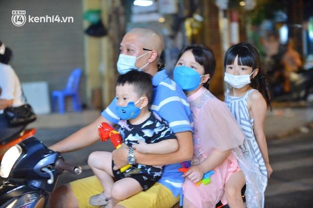 Ngay từ chập tối, người dân Hà Nội đã đổ ra đường đón Tết Trung thu đặc biệt giữa dịch Covid-19 - Ảnh 10.