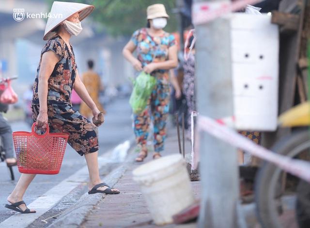 Toàn cảnh Hà Nội trong ngày đầu nới lỏng giãn cách: Đặc sản tắc đường, nhịp sống quay trở lại, người dân ùn ùn ra cửa ngõ rời Thủ đô - Ảnh 2.