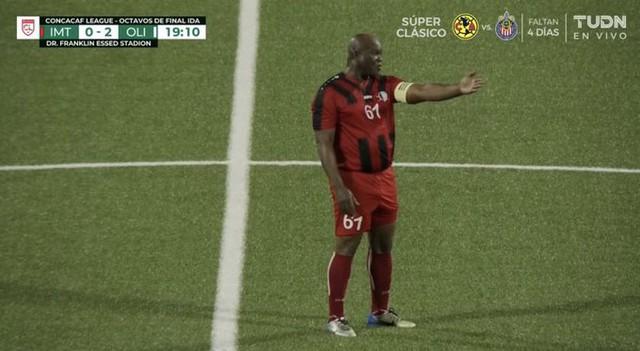 Phó Tổng thống 60 tuổi ra sân đá bóng chuyên nghiệp, tự đeo băng đội trưởng, đội nhà thua 0-6 - Ảnh 3.